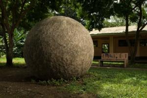 Esfera monumental de 210 centímetros de diámetro y cerca de 10 toneladas. Se encuentra en las instalaciones del Colegio de Palmar Norte. Es, junto con otras cuatro, el más claro ejemplo de la monumentalidad d estas esculturas de gran valor simbólico. Foto Diego Matarrita.