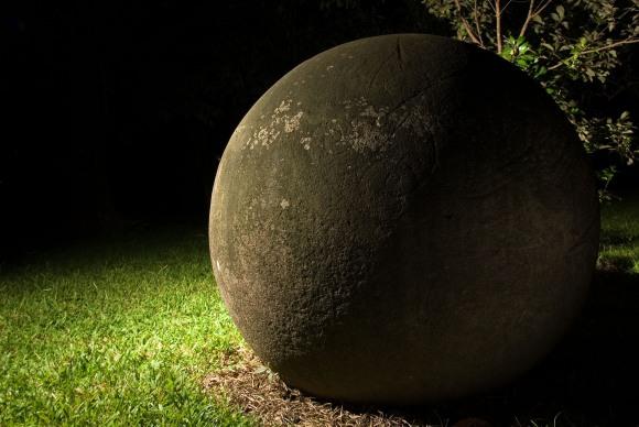 Esfera con figura grabada. Foto Diego Matarrita,