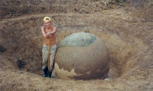 Don Méjico posando junto con su esfera bonita. Esfera C, Finca 6 en 1999.