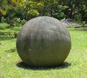 Esfera de piedra con figuras grabadas. Hacienda Victoria Palmar Sur. Foto: I. Quintanillla