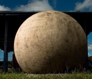 Las esferas precolombinas, especialmente las de tamaño monumental, son muy simétricas, tienen superficies lisas y lustrosas. Estas calidades se obtienen a través del trabajo escultórico. Foto: Diego Matarrita.