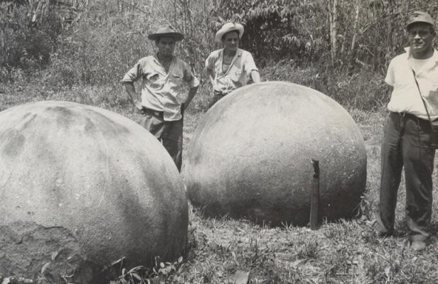 Imagen tomada a mediados de los años sesenta de las esferas de mayor tamaño del Sitio Bolas. Las dos tienen figuras grabadas. Nótese un semicírculo en la esfera de la derecha. Foto tomada por funcionarios del Instituto Geográfico Nacional.