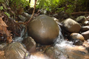 Esfera precolombina del sitio Bolas. Por razones desconocidas se encuentra en el lecho de una quebrada, muy cerca del sitio arqueológico. Foto: I. Quintanilla, 2008