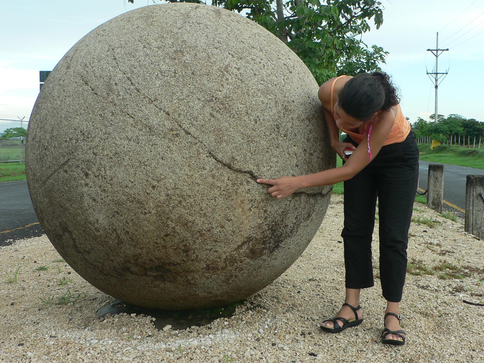 Sobre una esfera que se fue del sur al norte y que ahora for Piedras redondas blancas para jardin