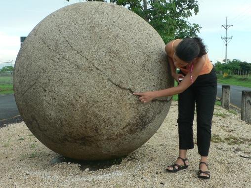 Esfera de piedra con fisuras y diablesas.