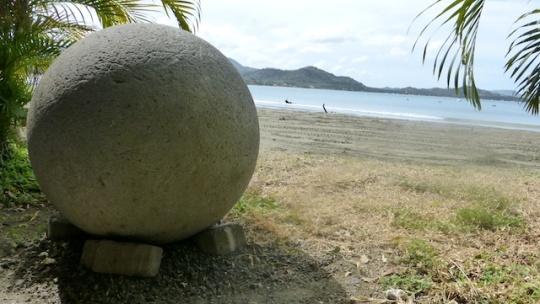 Esferas en la playa
