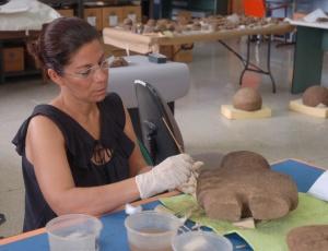 Limpiando esculturas