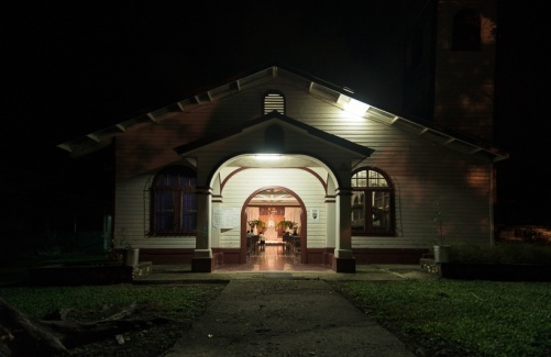 Iglesia Palmar Sur iluminada